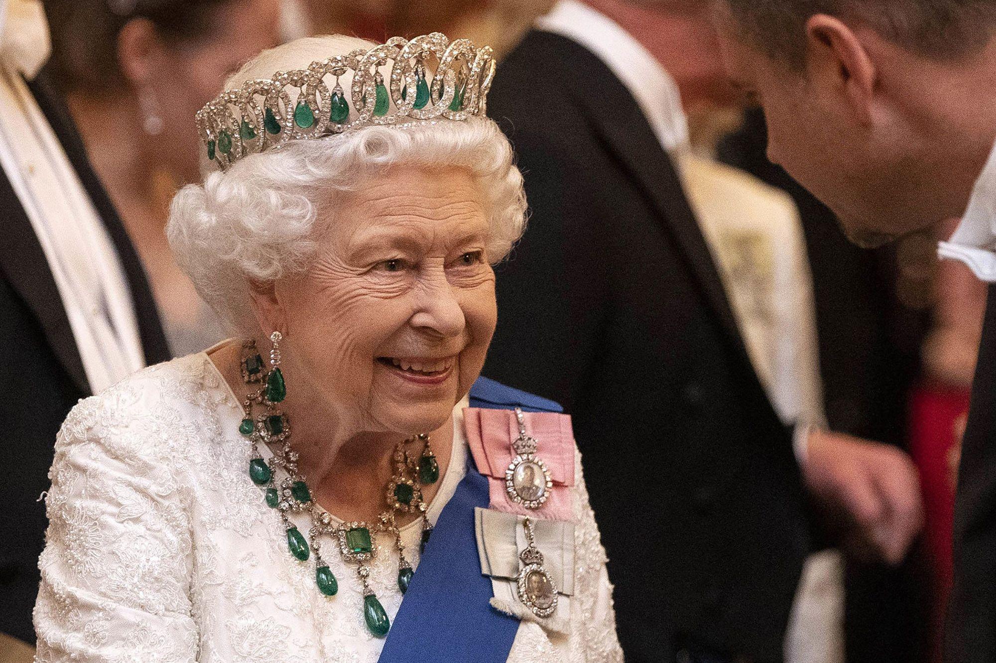 Elizabeth II souriante lors d'une manifestation