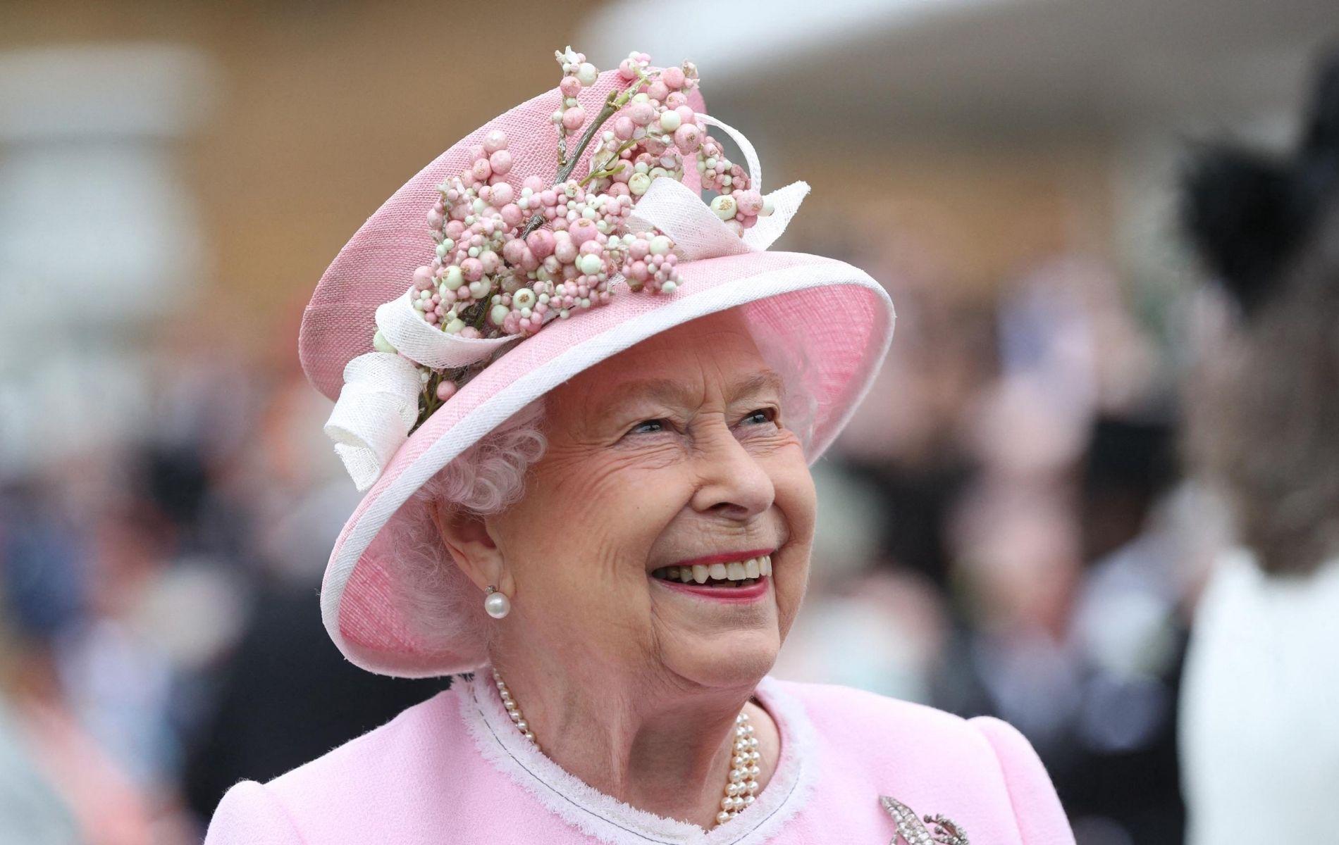 Elizabeth II sourit à la foule