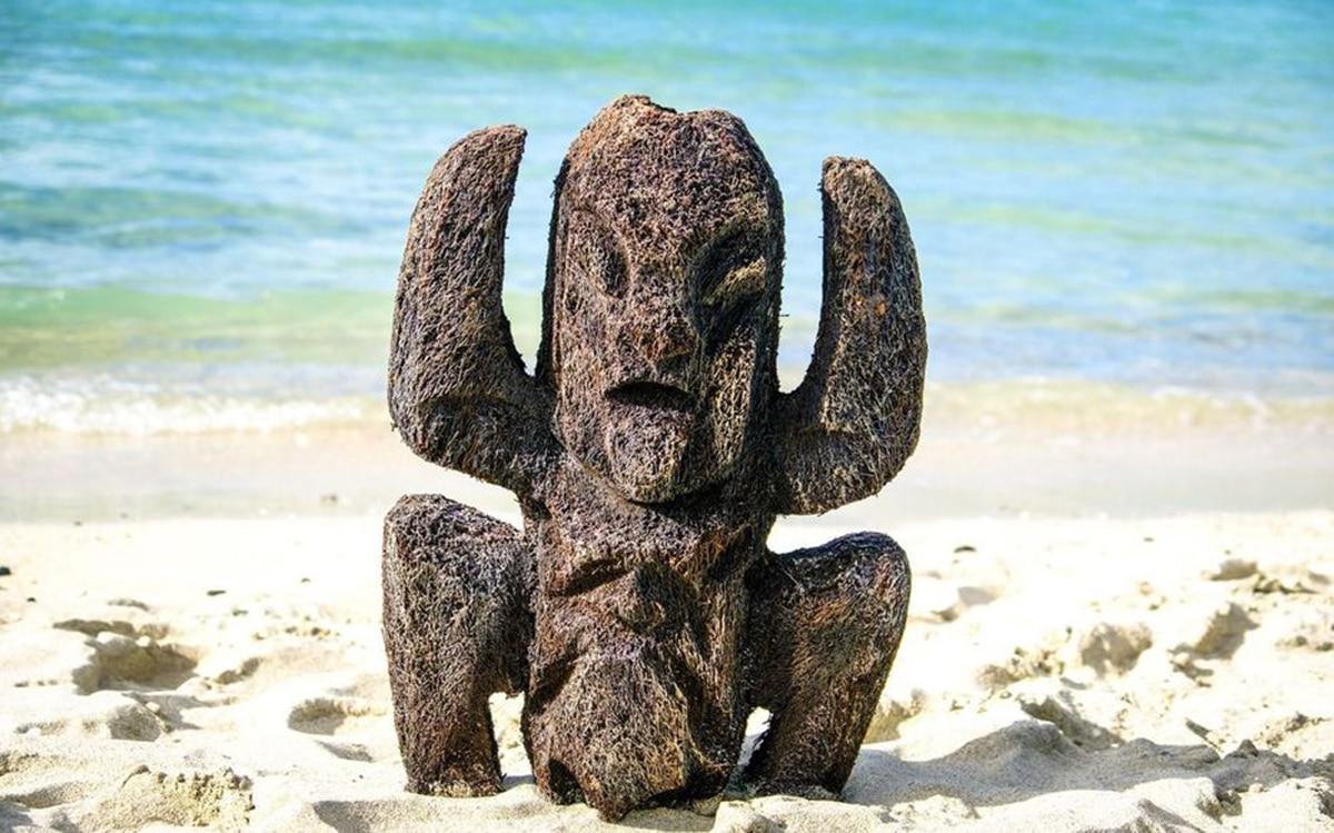 L'emblème de l'emission koh lanta sur une plage
