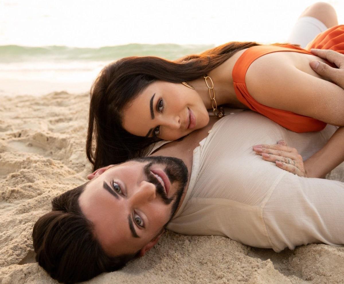 Nabilla et son mari en bordure de mer