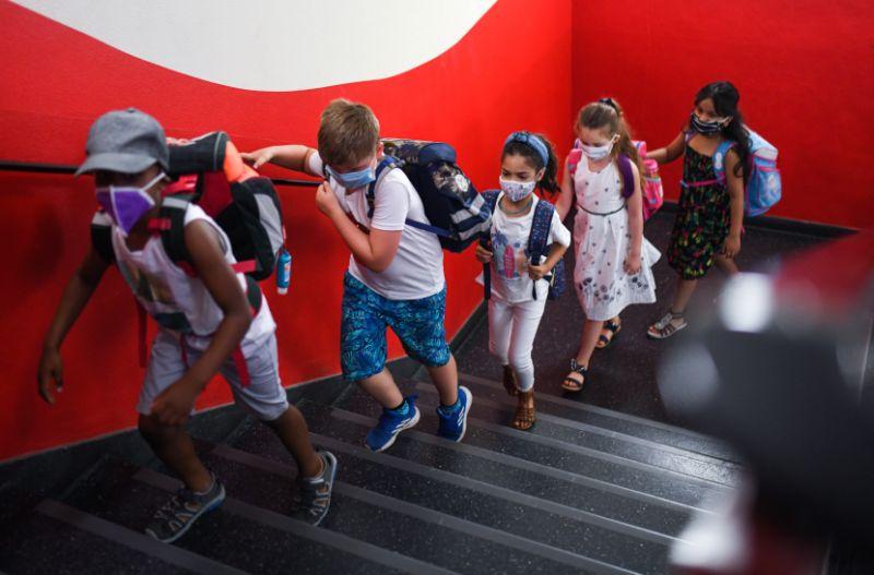 Les élèves allant en classe