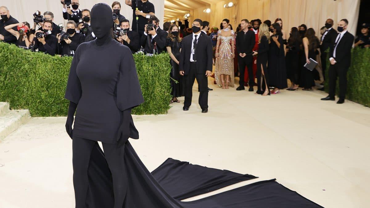 Met Gala 2021 : Kim Kardashian apparaît en cagoule Balenciaga!