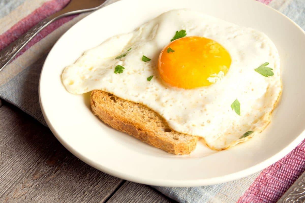 Astuce cuisine : voici les trois moyens efficaces pour éviter de vous éclabousser lorsque vous réaliser des œufs au plat !