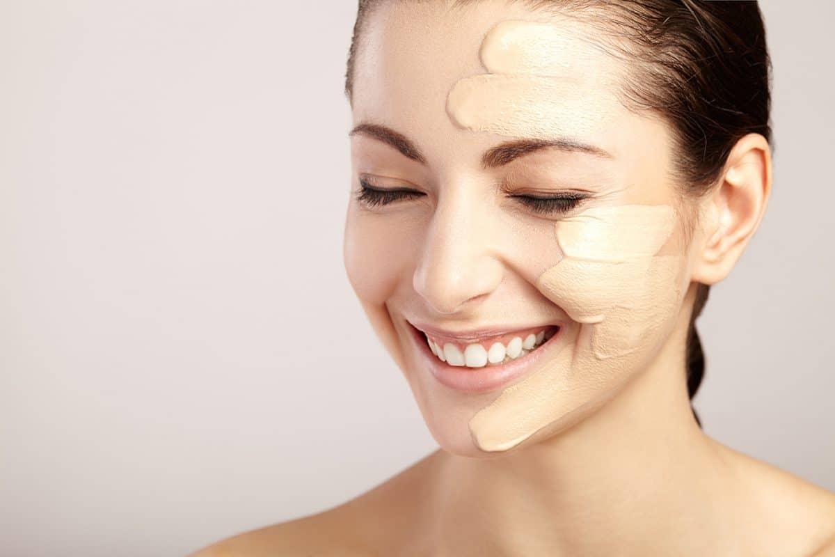 Astuce beauté : découvrez la meilleure manière d'appliquer le fond de teint pour avoir une peau éclatante!