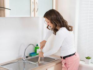 Découvrez ces 5 astuces simples et naturelles pour déboucher votre évier aisément !