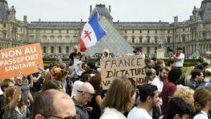 Obligation du pass sanitaire en France : les soignants sont dans les rues !