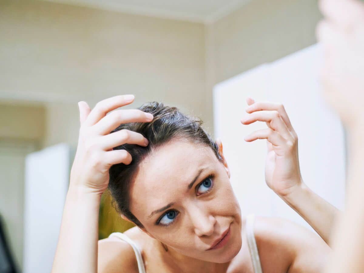 Voici les moyens insoupçonnés pour enlever les pellicules de vos cheveux !