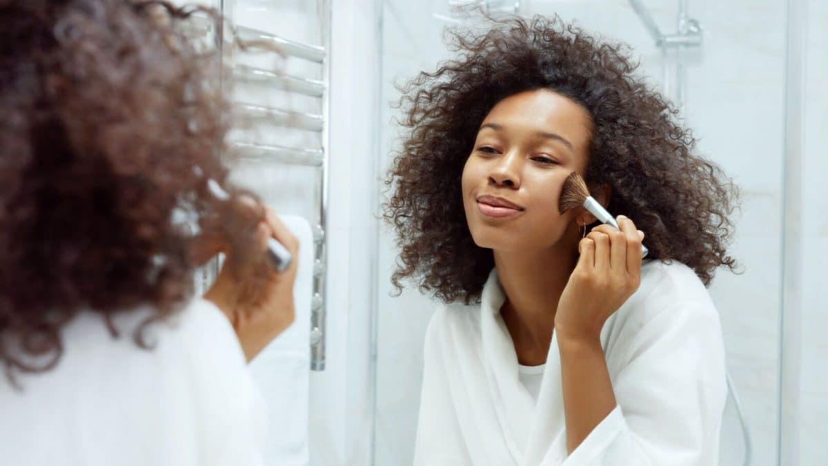 Astuce beauté: Pour un teint sans brillance et parfait, vous devez adopter cette nouvelle technique Make-up, le Pinpoint Powdering!