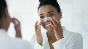 Astuce beauté : pores bouchés, 4 techniques naturelles et rapides pour les déboucher et faire respirer la peau !