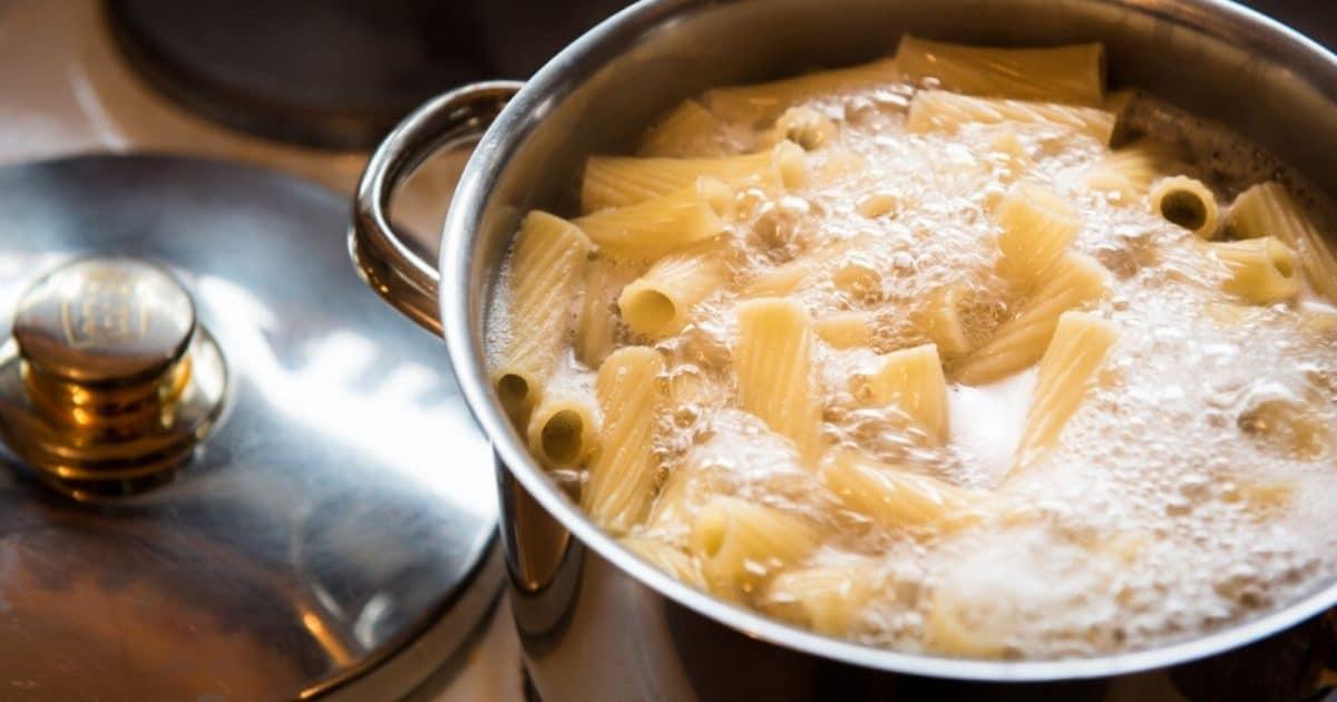 Astuce cuisine : pourquoi il ne faut pas jeter l'eau de cuisson des pâtes !