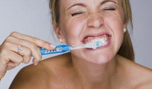 Hygiène buccale, faut-il vraiment se rincer la bouche après le brossage?