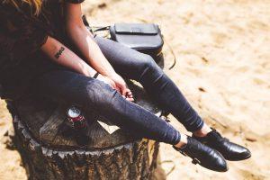Astuces mode: comment porter les bottes santiags sans ressembler à un cowboy?