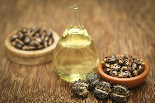 Astuce beauté : Comment utiliser l'huile de ricin pour épaissir les sourcils !